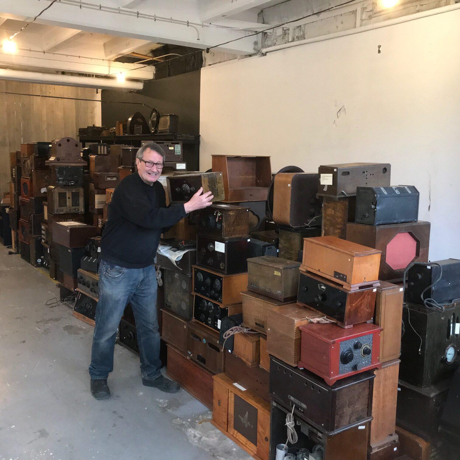 En man staplar radioapparater.